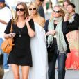 Paris Hilton faisant du shopping sur Melrose Avenue à West Hollywood, en compagnie de sa soeur Nicky et de sa mère Kathy, le 26 mars 2010