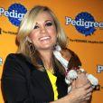La ravissante Carrie Underwood avec Woofy, le Biggle qu'elle a adopté à l'occasion du 6e Annual Pedigree Adoption Drive, qui s'est tenu au Bidawee Manhattan Sheter de New York, le 30 mars 2010.