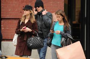 Quand Kevin Bacon sort les deux femmes de sa vie, Kyra et Sosie, il fait fumer sa carte !