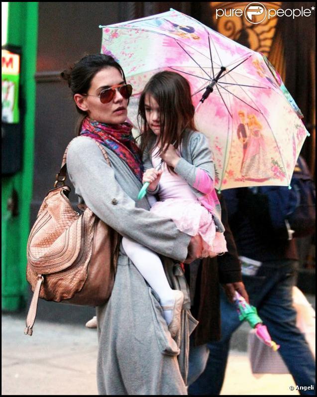 Katie Holmes et Suri Cruise en tutu à New York pour aller manger au Pain Quotidien le 1er avril 2010