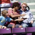 Boris Becker et ses fils Noah et Elias regardent la demi-finale entre Andy Roddick et Rafael Nadal lors du Sony Ericsson Open au Crandon Park Tennis à Biscane en Floride le 2 avril 2010