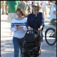 Lilly Kerssenberg fait une promenade avec Amadeus dans Miami avec sa nounou le 1 avril 2010