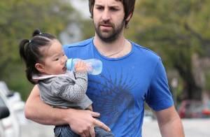 Pendant que Katherine Heigl est au charbon... son mari Josh Kelley s'occupe de leur fille adoptive !