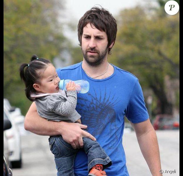 Josh Kelley et la petite Naleigh, à la sortie du pédiatre, à Los Feliz, en Californie, le 31 mars 2010.
