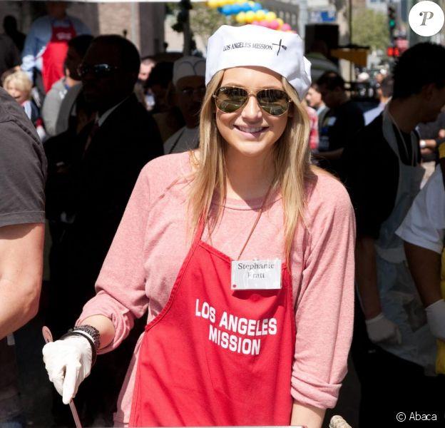 Stephanie Pratt a pris une journée de son temps pour servir des repas aux plus nécessiteux, le vendredi 2 avril, à Los Angeles.