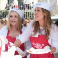 Haylie Duff et Beverley Mitchell ont pris une journée de leur temps pour servir des repas aux plus nécessiteux, le vendredi 2 avril, à Los Angeles.
