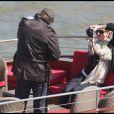 Gisele Bündchen et Tom Brady avec leur fils Benjamin, sur un bateau-mouche, en pleine visite parisienne. Le 9 avril 2010