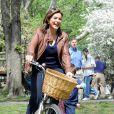 Mariska Hargitay et Christopher Meloni, stars de la série New York Unité  Spéciale, tournent une scène en plein coeur de Central Park, à New  York, le lundi 12 avril.