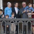 La reine Margrethe, le prince Henrik, leur fils Frederik, prince hériter, son épouse Mary et leurs enfants Isabella et Christian, ainsi que ceux du prince Joachim, Felix et Nikolai, au balcon du palais d'Amalienborg le 16 avril 2010, anniversaire de
