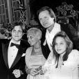 Jon Voight entouré de sa mère, son fils James et sa fille Angelina Jolie, aux Oscars, le 24 mars 1986 !