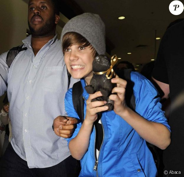 Justin Bieber arrive à l'aéroport de Sydney, entouré de fans hystériques, le 24 avril 2010 !