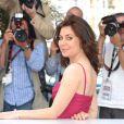 Sabina Guzzanti, habillée d'une robe Moschino collection Cheap & Chic lors du photocall de son documentaire polémique Draquila, l'Italie qui tremble, lors du festival de Cannes le 13 mai 2010