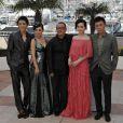 Le réalisateur Wang Xiaoshuai avec les actrices Fan Bingbing et Li Feier ainsi que les acteurs Qing Hao et Zi Yi pour le photocall de Chongqing Blues lors du festival de Cannes le 13 mai 2010