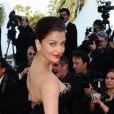Aishwarya Rai dans une robe Armani sur le tapis rouge de Cannes, le 13 mai 2010