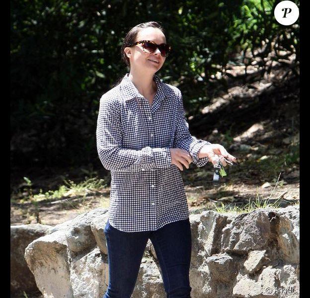 Christina Ricci et son petit ami Curtis Buchanan s'offrent une petite balade, avec leur chien, le 13 mai 2010.