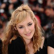 Cannes 2010 - Même en total look black, Louise Bourgoin éblouit la Croisette au côté de Melvil Poupaud...
