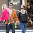 Brooke Burke se rend chez un opticien de Los Angeles pour s'acheter des lunettes de soleil, en compagnie de son fiancé David Charvet et de leur fille Heaven.