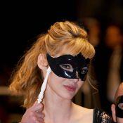 Cannes 2010 - Louise Bourgoin : une énigmatique princesse du tapis rouge, entourée de ses copains du Grand Journal !
