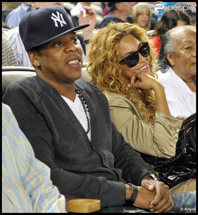 Jay-Z et Beyoncé, ainsi que la grand-mère du rappeur, au Yankee Game à New York, le 14 mai 2010