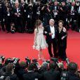 La horde de photographe mitraille la montée des marches d'Alain Delon, Anouchka sa fille et Claudia Cardinale.