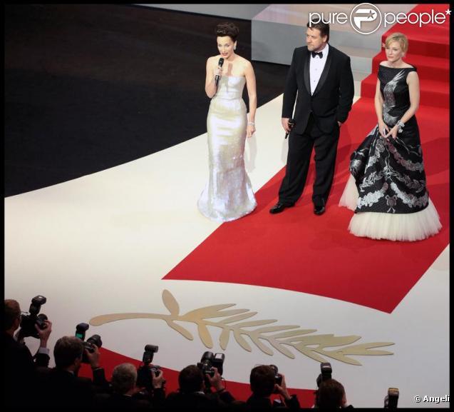 La maîtresse de cérémonie Kristin Scott Thomas et les acteurs Russell Crowe et Cate Blanchett lors de l'ouverture du festival de Cannes le 12 mai 2010