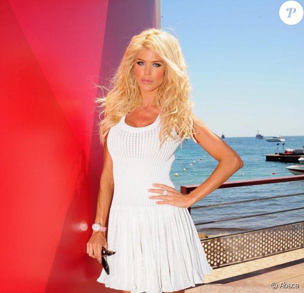 Victoria Silvstedt prend la pose dans le Majestic Barriere durant le 63ème Festival de Cannes le 20 mai 2010