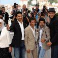 Chafia Boudraa, Sami Bouajila, Rachid Bouchareb, Jamel Debbouze et Roschdy Zem lors du photocall du film Hors-la-loi le 21 mai 2010 durant le festival de Cannes