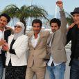 Sami Bouajila, Chafia Boudraa, Rachid Bouchareb, Jamel Debbouze et Roschdy Zem lors du photocall du film Hors-la-loi le 21 mai 2010 durant le festival de Cannes
