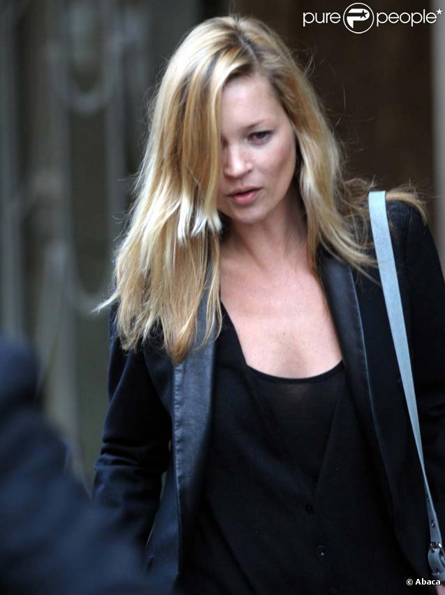 Kate Moss est très inquiète... aurait-elle été envoutée par un esprit malin ? (ici à Londres, le 5 mai 2010 !)