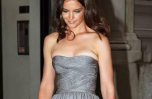 Katie Holmes : Magnifique en robe du soir, visiblement... un peu trop petite !