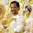 Le sultan de Brunei, avec ses deux femmes Anak Haja Saleha et Azrinaz Mazhar Hakim