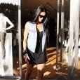Ciara dans une petite robe noire fluide joliment associée à une veste en jean sans manches, mais aussi à une paire de sandales cloutées au top, à des lunettes oversize, et à une multitude de bijoux fantaisie. Nickel !