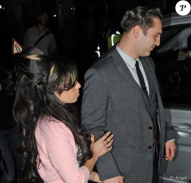 Amy Winehouse et Reg Traviss, son nouveau boyfriend, à Londres, le 16 juin 2010