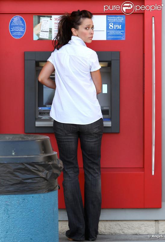 Jennifer Love Hewitt au distributeur de billets dans le nord d'Hollywood le 24 juin 2010