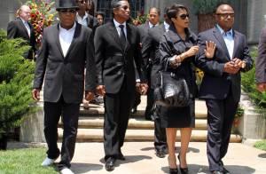Michael Jackson : Sa famille réunie au cimetière et des fans moins nombreux que prévu lui ont rendu hommage, mais son père porte plainte !