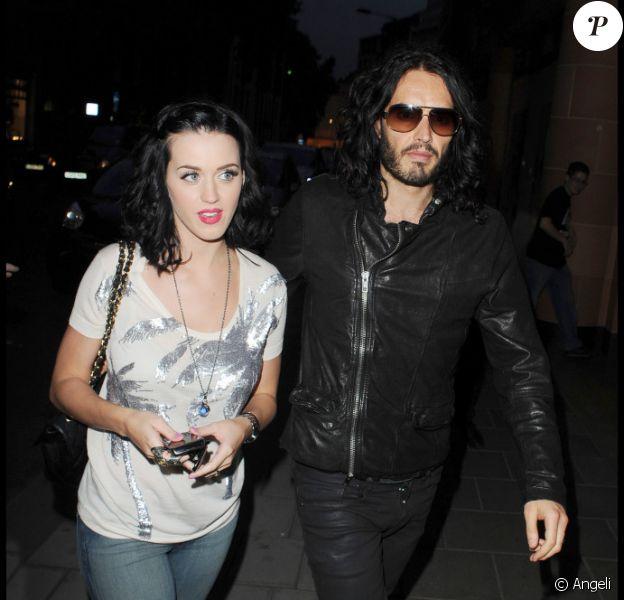 Katy Perry et son fiancé Russell Brand arrivent au restaurant Cipriani dans le quartier de Mayfair à Londres pour un dîner romantique le 25 juin 2010