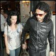 Katy Perry et son fiancé Russell Brand quittent le restaurant Cipriani dans le quartier de Mayfair à Londres pour un dîner romantique le 25 juin 2010
