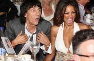 Ronnie Wood et sa jeune Ana pris d'un fou rire devant Slash, Muse et Kelis...