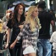 Lindsay Lohan, fin mai 2010 à Los Angeles, portant sous sa botte, à sa cheville gauche, un bracelet-détecteur de consommation d'alcool