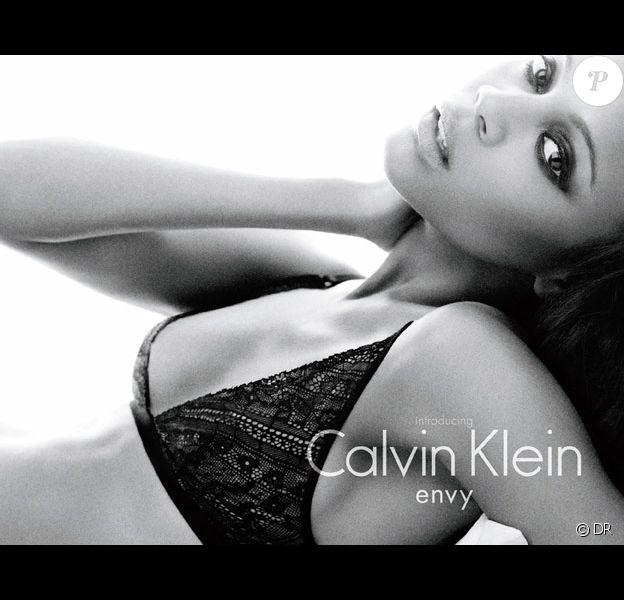 Zoe Saldana pour Calvin Klein underwear