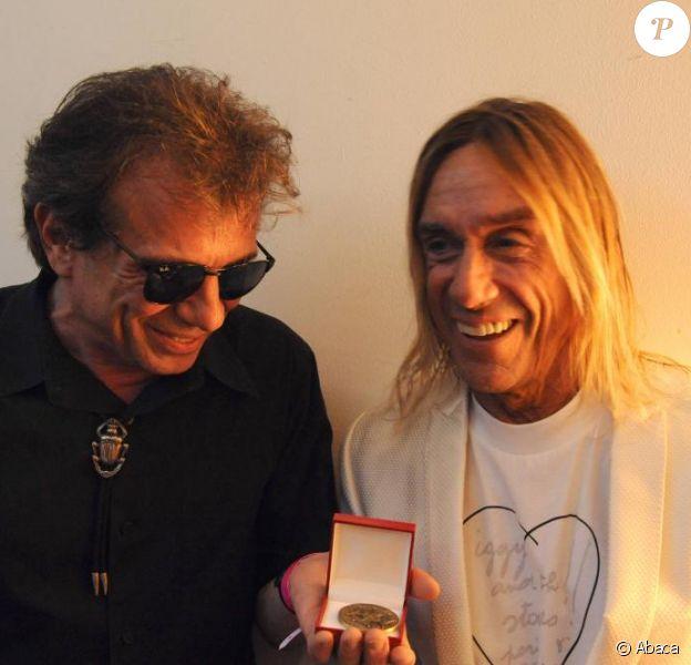 Philippe Manoeuvre a été fait chevalier des Arts et des Lettres par Iggy Pop le 7 juillet 2010