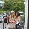 Blake Lively et Leighton Meester sur le tournage de Gossip Girl, avenue Montaigne à Paris. Le 9 juillet 2010