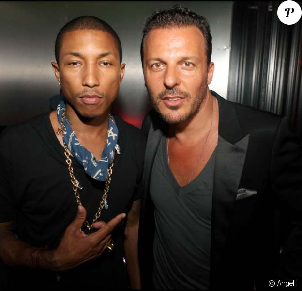 Pharrell Williams sur la scène du VIP Room, à Saint-Tropez, le 11 juillet 2010. Ici avec Jean-Roch
