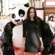 Angelina, très ravissante dans une petite robe noire Ralph Lauren pour promouvoir la sortie du DVD de Kung Fu Panda à L.A.