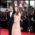 Angelina Jolie divine en Versace, en compagnie de Brad Pitt lors du Festival de Cannes 2009