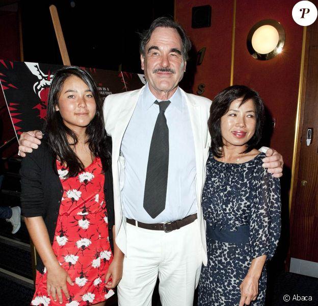 Oliver Stone, sa femme Sun-Jung Jung, et sa fille Tara Stone, lors de l'avant-première de South of the Border, au Curzon Cinema de Mayfair, à Londres, le 19 juillet 2010.