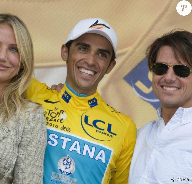 Tom Cruise et Cameron Diaz entourent Alberto Contador à l'arrivée de l'étape du Tour de France, à Bordeaux, le 23 juillet 2010.
