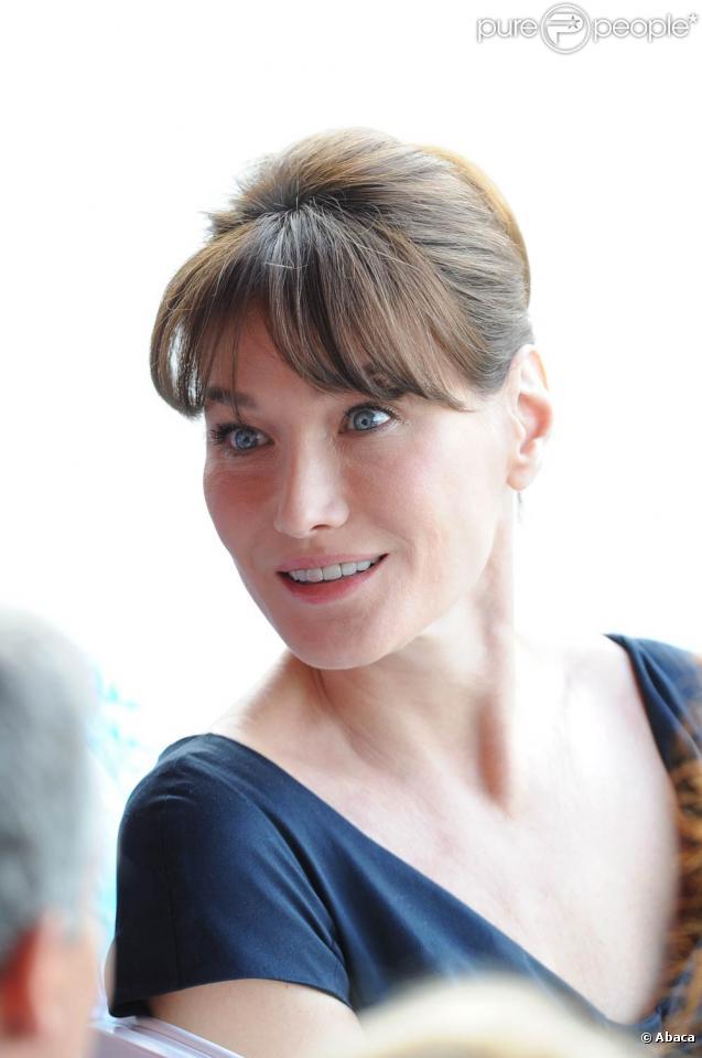 Carla Bruni tourne le nouveau film de Woody Allen, à Paris, en juillet 2010.