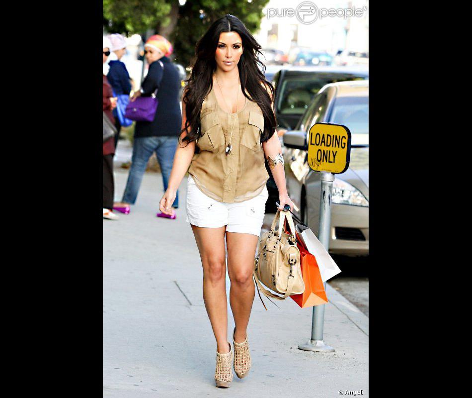 Kim Kardashian vêtue d\u0027un micro short blanc associé à un top beige Madison  Marcus, le tout rehaussé par des bijoux House of Harlow 1960, des ankle  boots