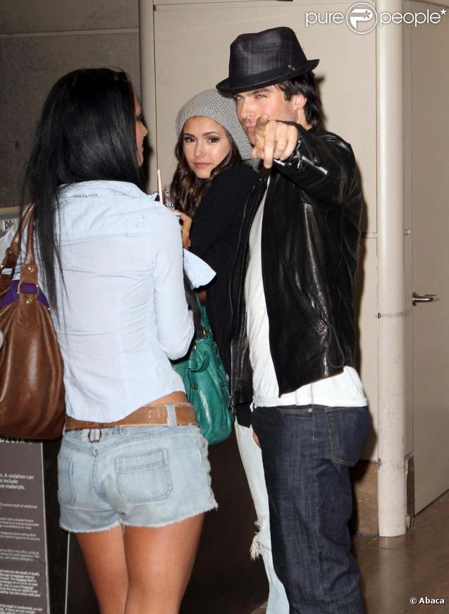 Nina Dobrev et Ian Somerhalder arrivent à Los Angeles, le 8 août 2010